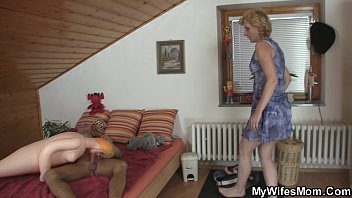 blond ponytail with mom Ehepaar masturbiert zusammen
