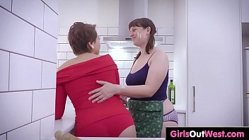 lesbian girlfriend nervous and helps mom daughter At home lindsay mericle
