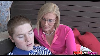 boy anty with young Mom caught son sniffing panties