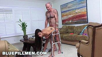 grandpa gay sex Ella va por un masaje y se la cogen